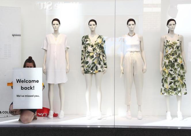 Dans une vitrine d'un magasin H&M à Canterbury, en Angleterre, le 15 juin, alors que les commerces qui avaient été jugés non essentiels réouvrent leurs portes après trois mois de confinement.