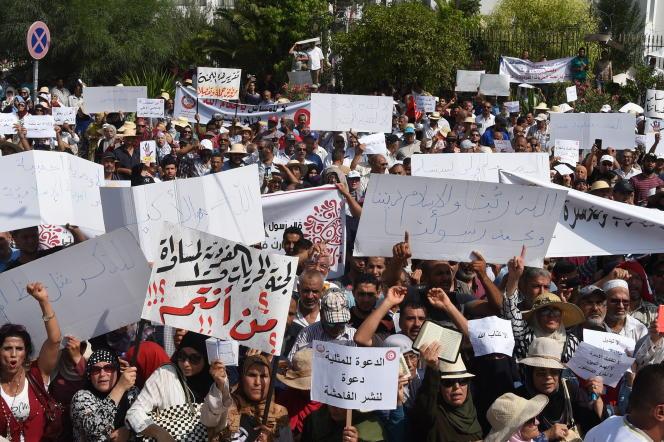 Manifestation à Tunis, le 11 août 2018, contre le principe d'égalité entre hommes et femmes dans l'héritage et la décriminalisation de l'homosexualité.