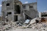 Une famille syrienne devant sa maison bombardée, à Nairab, dans la province d'Idlib.