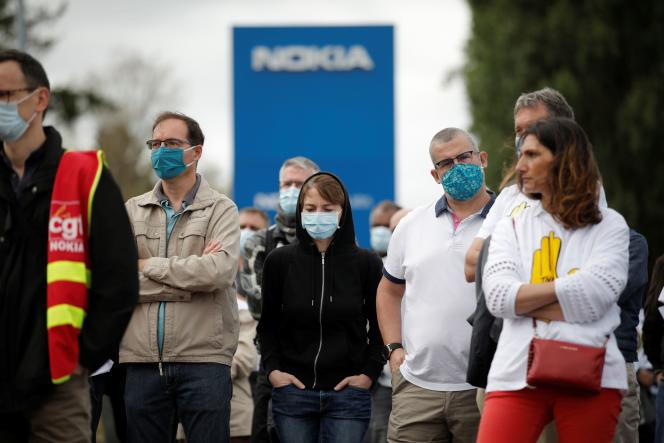 Des employés de Nokia réunis pour protester contre les suppressions d'emplois dans l'entreprise, à Nozay (Essonne), le 30 juin.