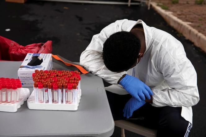 Le personnel médical fait face à de hautes températures dans un centre de test du Covid-19 à Houston, au Texas, le 7 juillet.