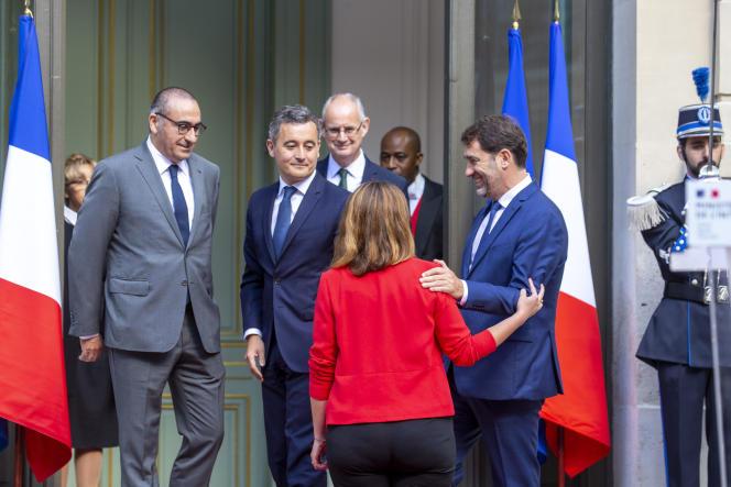 Gérald Darmanin remplace Christophe Castaner au ministère de l'intérieur en présence de Marlène Schiappa, ministre déléguée chargée de la citoyenneté, et Laurent Nunez, secrétaire d'État auprès du ministre de l'intérieur.