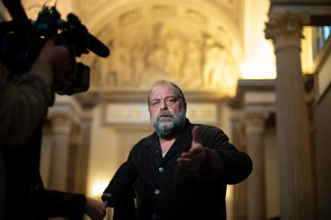 Eric Dupond-Moretti s'adresse aux journalistes après avoir plaidé au tribunal de Lyon, en septembre 2019.