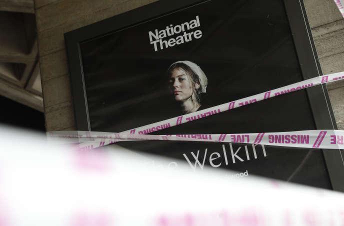 Le National Theatre, à Londres, le 3 juillet 2020. Alors qu'ils restent fermés, un collectif entoure certains théâtres britanniques d'un ruban portant l'inscription« Missing live theatre» (« Le théâtre vivant nous manque»).