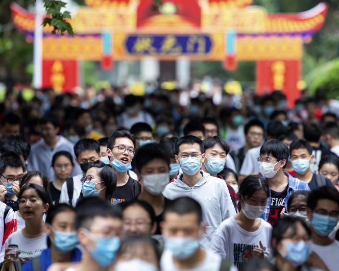 Des jeunes Chinois sortent du site où ils viennent de passer leur examen d'entrée à l'université, le 7 juillet à Nanjing.