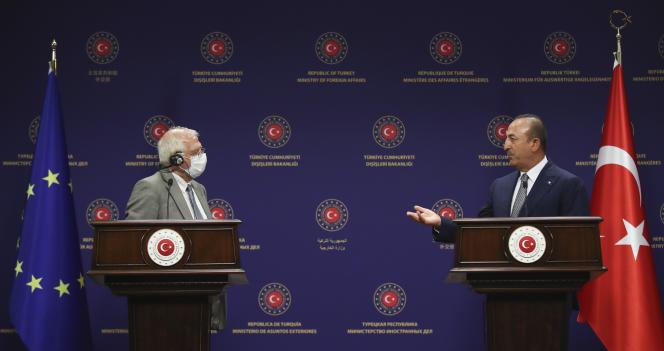 Le chef de la diplomatie européenne, Josep Borrell, et le ministre turc des affaires étrangères, Mevlüt Cavusoglu, le 6 juillet à Ankara.