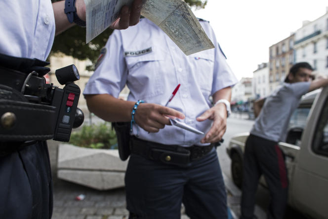 Un contrôle d'identité à Saint-Denis (Seine-Saint-Denis), en 2013.