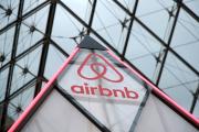 Dans le cadre d'un partenariat entre Airbnb et le musée du Louvre, le logo de la plate-forme est affiché sous la pyramide, à Paris, en mars 2019.