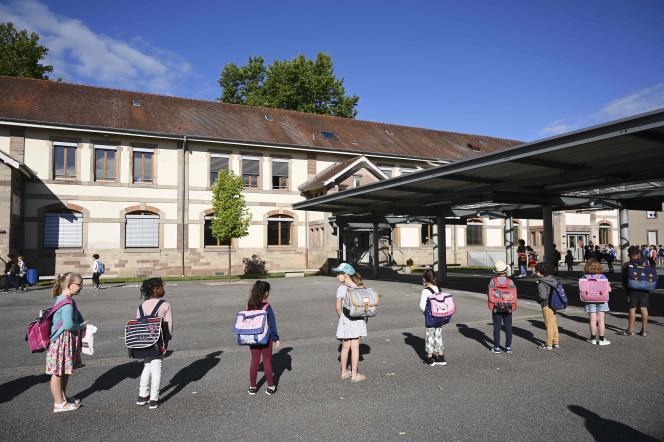 Dans la cour de l'école élémentaire Ziegelau le jour de la rentrée des classes après le confinement, à Strasbourg, le 22 juin.