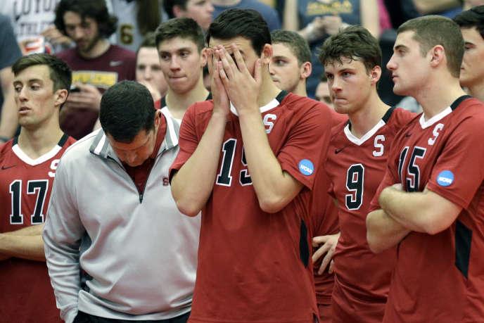 En mai 2014, l'équipe masculine de volley de Stanford (Californie) après leur défaite face à Loyola dans le cadre du tournoi NCAA à Chicago. Le volley masculin est l'un des programmes affectés par les coupes annoncées par l'université, le 8 juillet 2020.