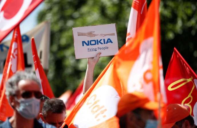 Manifestation contre les suppressions de postes chez Nokia, le 8 juillet, à Paris.
