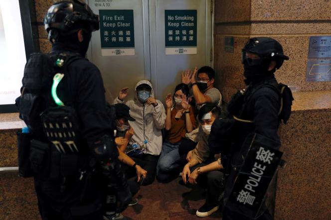 Des manifestants prodémocratie arrêtés à Hongkong, le 1er juillet 2020.
