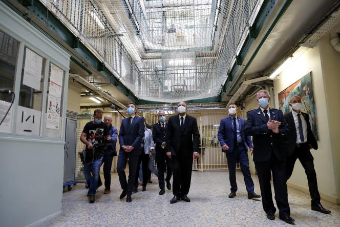 Le ministre de la justice, Eric Dupond-Moretti (au centre), en visite à la prison de Fresnes (Val-de-Marne), le 7 juillet.