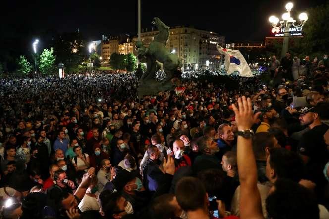Rassemblement devant le Parlementpour contester la réintroduction d'un couvre-feu le week-end, à Belgrade, le 7 juillet.