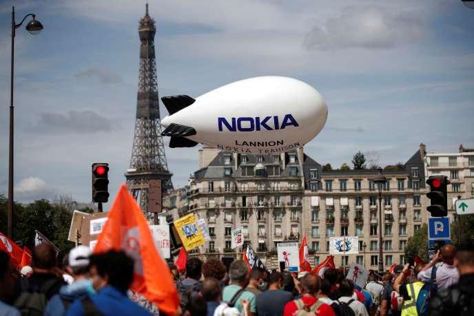Manifestation contre les suppressions d'emplois chez Nokia, le 8 juillet, à Paris.