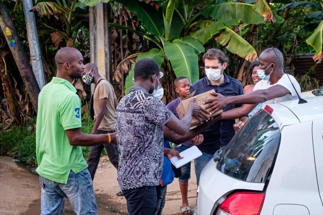Distribution de masques à Cayenne, en Guyane, le 7 juillet.