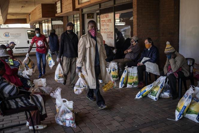 Distribution de colis alimentaires à Brapkan, dans la banlieue de Johannesburg, le 6 juillet 2020.