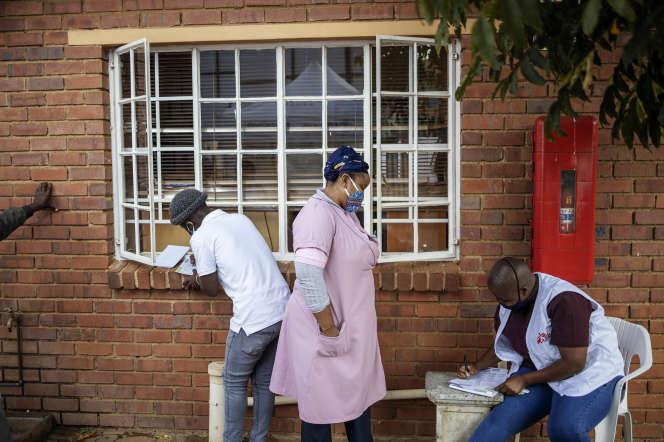 Une infirmière sud-africaine venue d'une zone rurale pour travailler auprès de Médecins sans frontières, à Johannesburg, le 13 mai.
