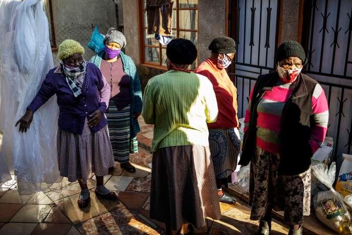 Distribution de nourriture pour des résidents du canton de Tsakane, dans la province de Gauteng (Afrique du Sud), le 6 juillet.