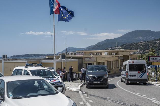 Poste frontière de Menton, où la police aux frontières ramène les migrants arrêtés avant de les renvoyer en Italie, le 7 juillet.