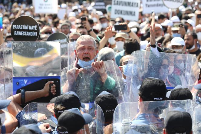 Des avocats manifestent contre la proposition de réforme des barreaux, devant le tribunal principal d'Ankara, le 3 juillet.