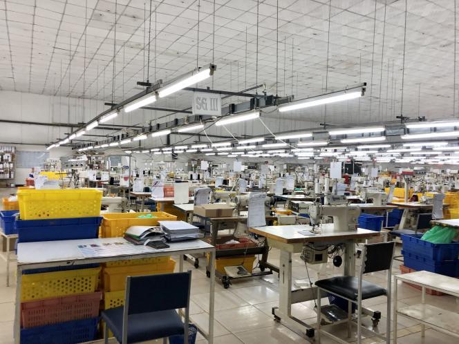 Les chaînes de production de l'usine Tanamera avec les règles de distanciation,à Antananarivo, capitale de Madagascar, le 6 juillet 2020.