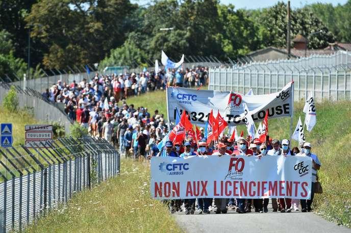 Des salariés d'Airbus manifestent, mercredi 8 juillet 2020, le long des pistes de l'aéroport de Toulouse-Blagnac.
