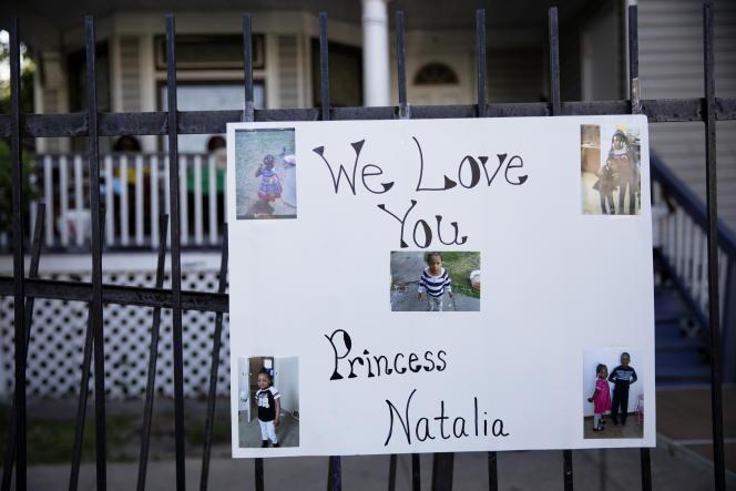 Le 5 juillet. Une pancarte est attachée à la clôture d'un pavillon, dans le quartier de South Austin à Chicago (Illinois)lors d'une veillée pour Natalie Wallace, 7 ans, tuée par balle alors que sa famille se réunissait pour célébrer le 4-Juillet.