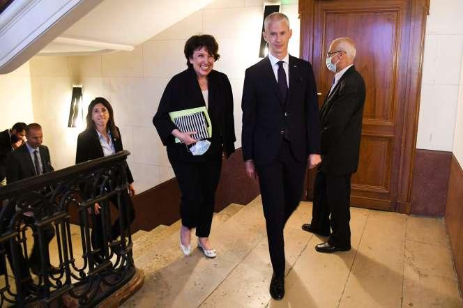 Roselyne Bachelot etFranck Riester, lors de la passation des pouvoirs, rue de Valois, le 6 juillet 2020, à Paris.