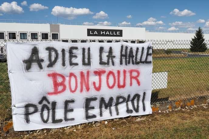Devant l'entrepôt La Halle d'Issoudun (Indre), le 2 juin.