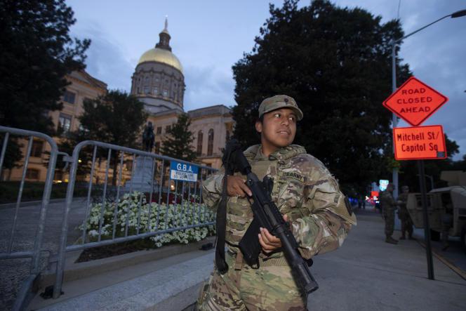 Un membre de la garde nationale de Géorgie se tient devant le Capitole de l'Etat, le 7 juillet, à Atlanta. Le gouverneur, Brian Kemp, a mobilisé la garde après une flambée de violence le week-end du 4-Juillet.