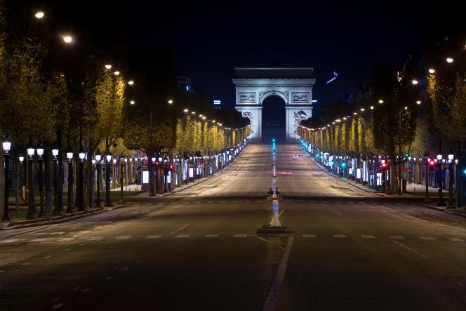 L'avenue des Champs Elysées déserte, à Paris, le 9 avril.