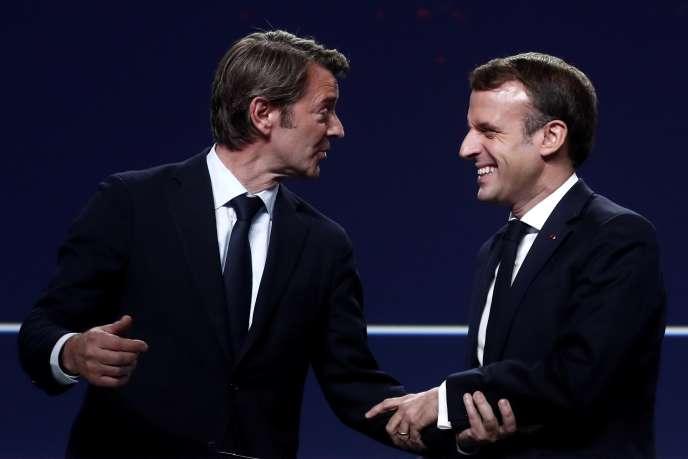Emmanuel Macron et le président de l'Association des maires de France, François Baroin, au cent-deuxième congrès des maires, le 19 novembre 2019, à Paris.