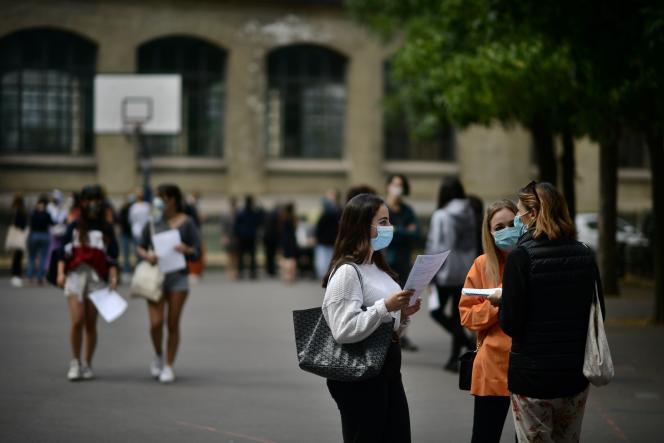 Des élèves venus consulter les résultats du baccalauréat au lycée Jean-de-la-Fontaine à Paris, le 7 juillet.