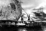 Thor Heyerdahl sur le«Kon-Tiki», le radeau de balsa utilisé pour son expédition sur le Pacifique en 1947.
