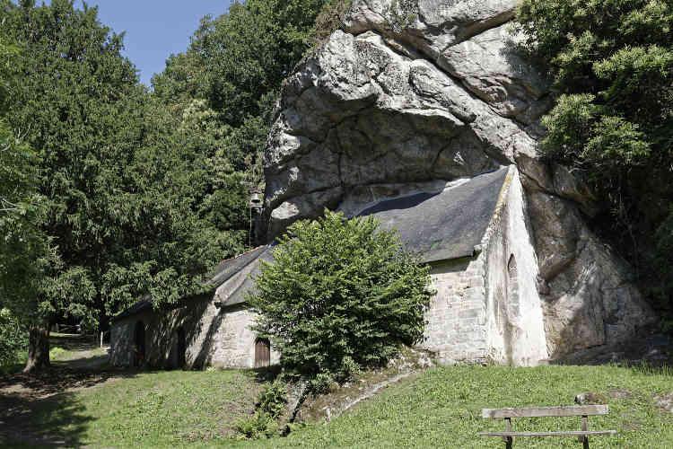 Taillé en partie dans la roche, cet ermitage, reconstruit au XIXe siècle, mais dont l'origine remonte au XVe, étonne... et impressionne.