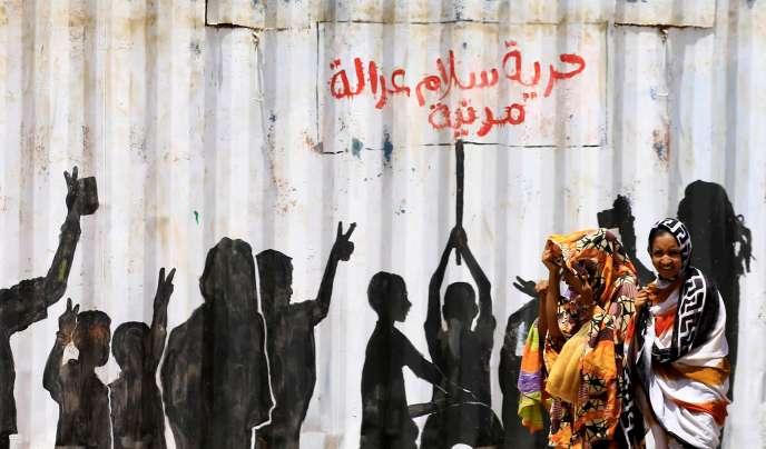 Un graffiti dans les rues de Khartoum, rappelant le slogan issu de la révolution au Soudan :« Liberté, paix et justice», vendredi 10 juillet.