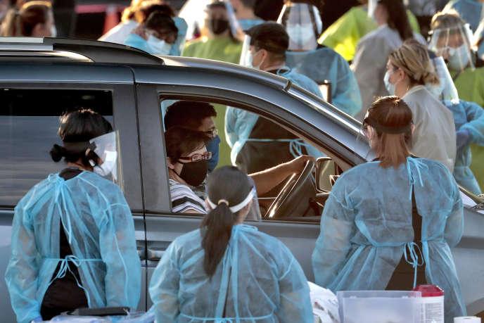 Une famille effectue un test de dépistage du Covid-19, à Phoenix (Arizona), le 27 juin 2020.