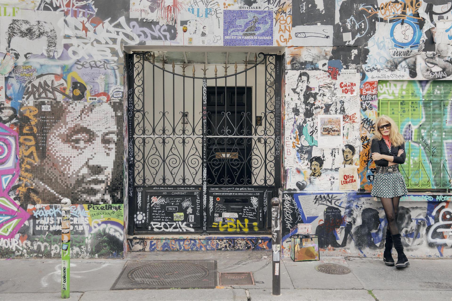 Rue de Verneuil, dans le 7e arrondissement de Paris, devant la maison où résidait Serge Gainsbourg.