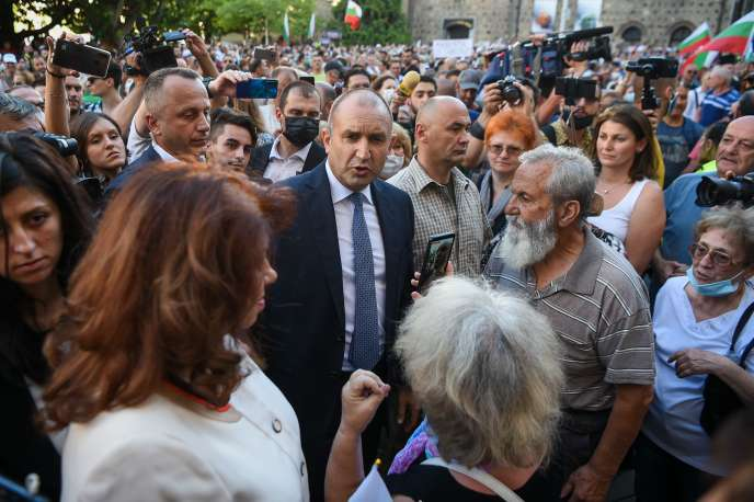 Le président bulgare Roumen Radev dans une manifestation de soutien devant sa résidence officielle, perquisitionnée plus tôt dans la journée du jeudi 9 juillet à Sophia.