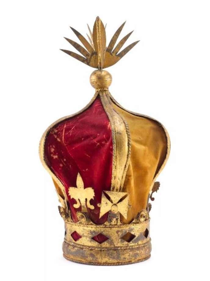 Couronne surmontant le dais royal de la reine Ranavalona III exposée au Musée de l'armée de Paris.