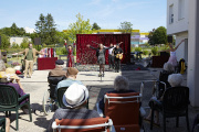 «Cabaret sous les balcons», de Léna Bréban, dans un Ehpad de Châlons-sur-Saône, le26 mai.