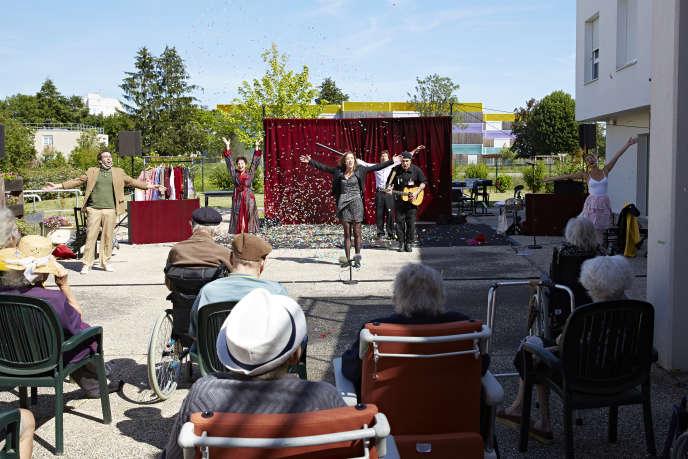 «Cabaret sous les balcons », de Léna Bréban, dans un Ehpad de Châlons-sur-Saône (Saône-et-Loire), le26 mai.