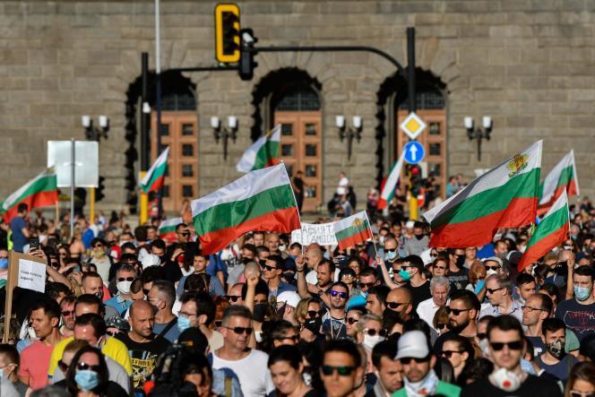 Des manifestants protestent contre le procureur en chef de la Bulgarie, à Sofia, le 9 juillet, après des perquisitions au siège de la présidence.
