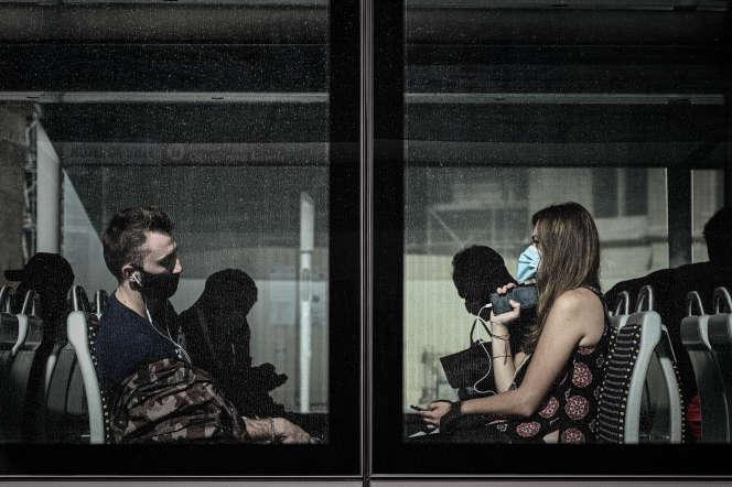 Des passagers du tramway à Bordeaux, le 3 juillet.