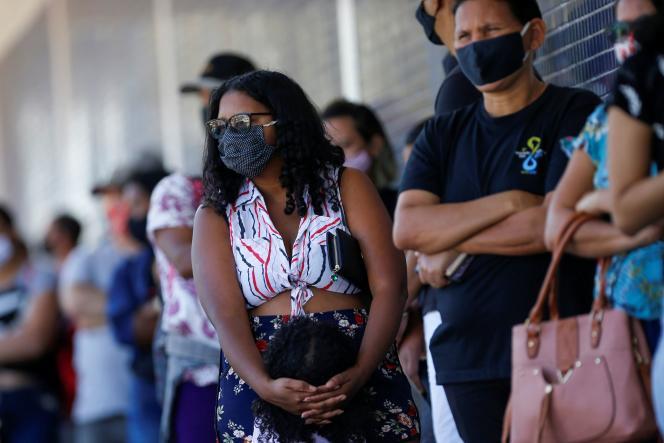 File d'attente dans les rues de Brasilia, au Brésil, où la pandémie due au coronavirus a causé la mort de plus de 70 000 personnes, vendredi 10 juillet.