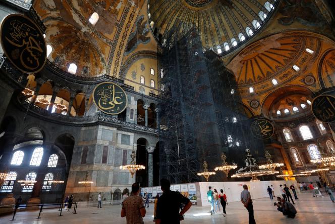 Des personnes visitent l'ex-basilique Sainte-Sophie à Istanbul, en Turquie, le 10 juillet.