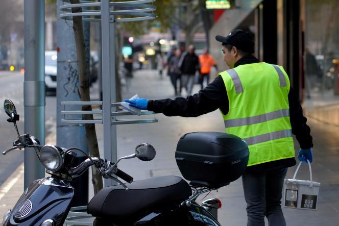 Un employé désinfecte du matériel urbain à Melbourne en Australie, vendredi 10juillet, alors que la ville a été reconfinée.