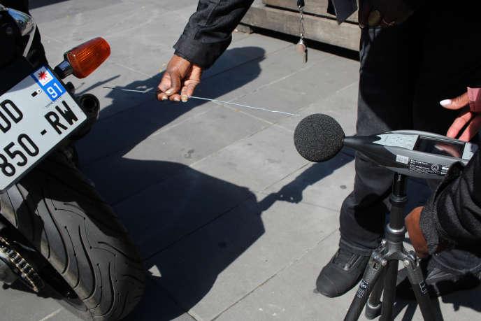 Opération de contrôle des nuisances sonores des deux-roues motorisés (motos, scooters) par des agents de la Ville de Paris, place de la République, le 9 juillet 2020.