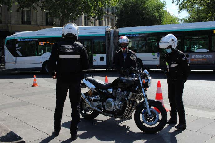 Les agents contrôlent la bonne conformité des pots d'échappement et mesurent avec un sonomètre si le bruit est conforme à l'autorisation indiquée sur la carte grise.